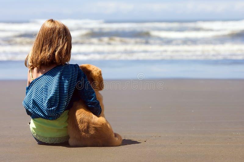 щенок ребенка пляжа стоковые фото