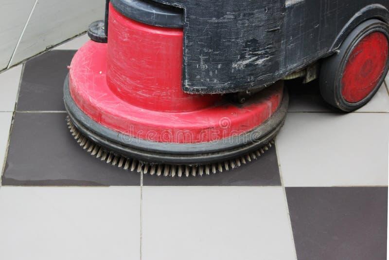 Щетка в скруббер-сушильщике батареи для очищать в большом торговом центре стоковые фотографии rf