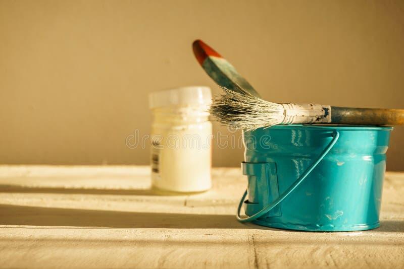 Щетка и краска художника стоковое изображение