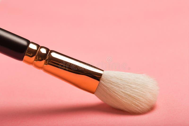 Щетка макияжа, blusher румян изолированный на розовой предпосылке стоковое изображение