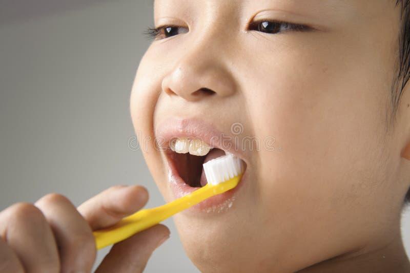 Щетка мальчика зубы стоковые изображения rf
