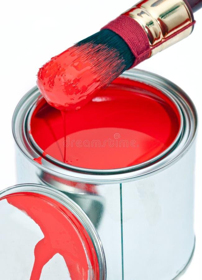 щетка может изолированная капанием белизна краски стоковое изображение