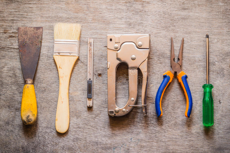 Щетка, лопатка, резец, сшиватель, плоскогубцы и отвертка стоковое изображение rf