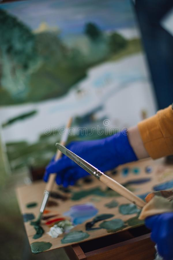 2 щетки в руках художника стоковая фотография rf