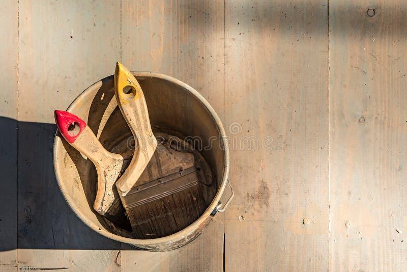 2 щетки в чонсервной банке краски стоковая фотография