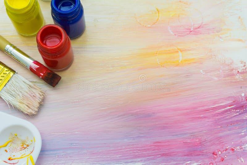 Щетки и краски художника стоковые изображения