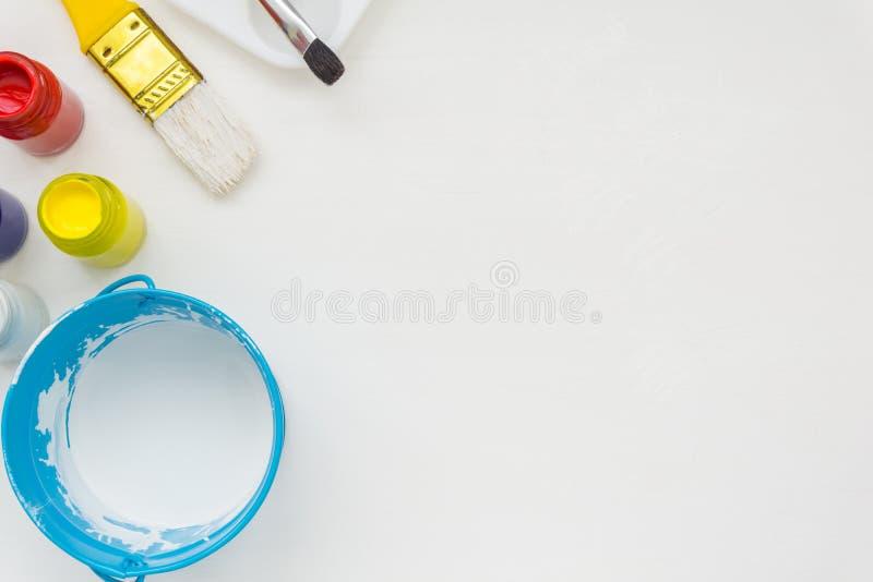 Щетки и краски художника стоковое изображение