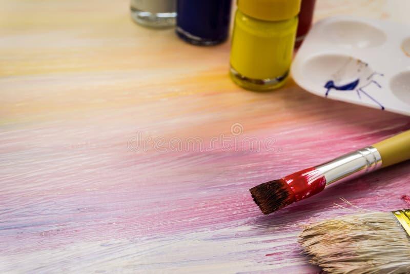 Щетки и краски художника стоковое фото rf