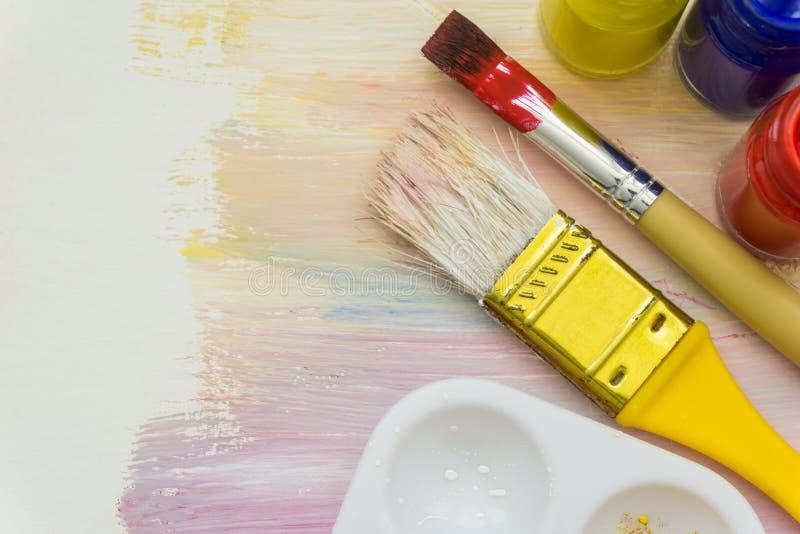 Щетки и краски художника стоковая фотография rf
