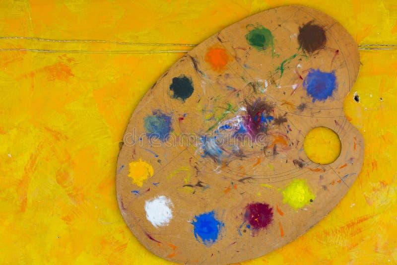 Щетки и красочный абстрактный паллет художников цветов масла, на yel стоковые фотографии rf
