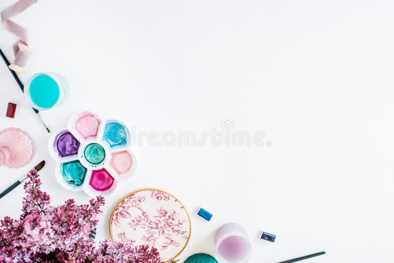 Щетки, палитра, букет сирени изолированный на белой предпосылке стоковая фотография