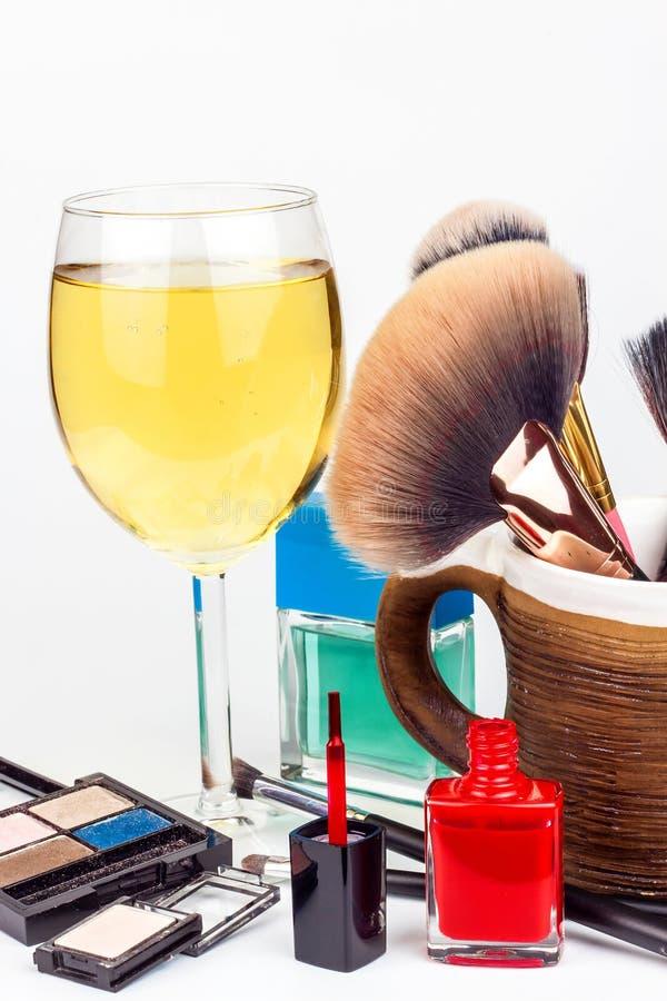 Щетки состава и стекло белого вина сиротливая женщина Косметическая индустрия Щетка для красоты Продажи косметик Рекламировать дл стоковые изображения rf