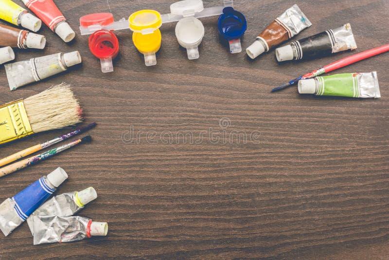 Щетки художников и трубки краски стоковая фотография
