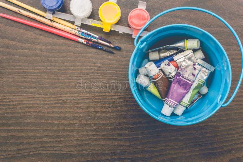 Щетки художников и трубки краски стоковая фотография rf
