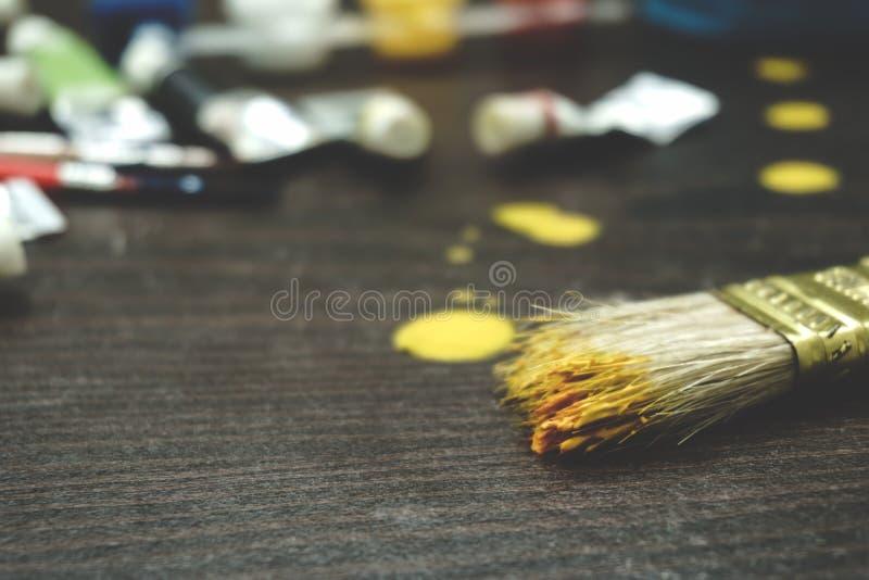 Щетки художников и трубки краски стоковые изображения rf