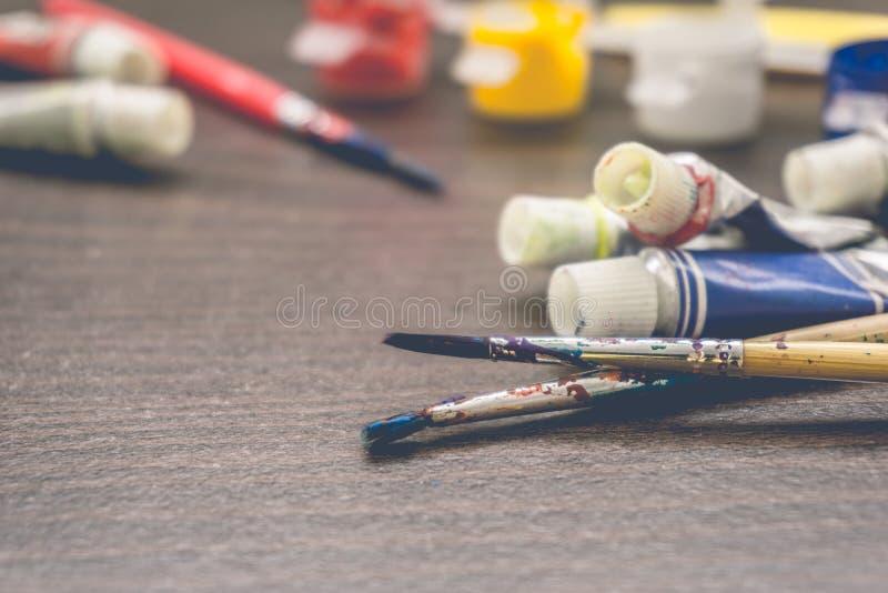 Щетки художников и трубки краски стоковые изображения