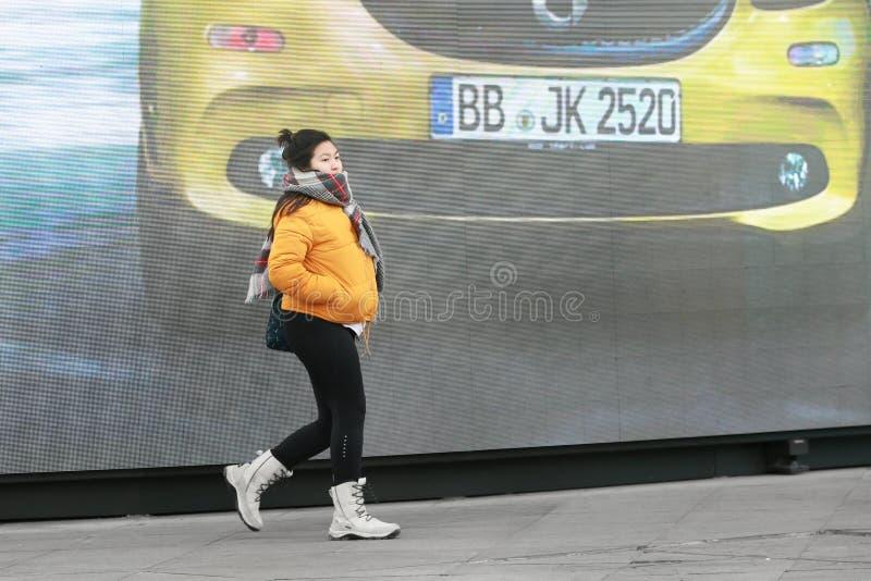 Щелчковый портрет проходя девушки стоковое изображение