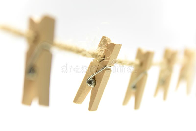 Щипок зажимки для белья деревянный на коричневой линии стоковое фото