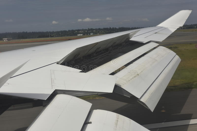 Щитки крыла Боинга 747 выдвинутые стоковые изображения