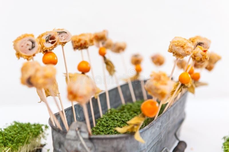 Щуки с закусками в ведре стоковое фото rf