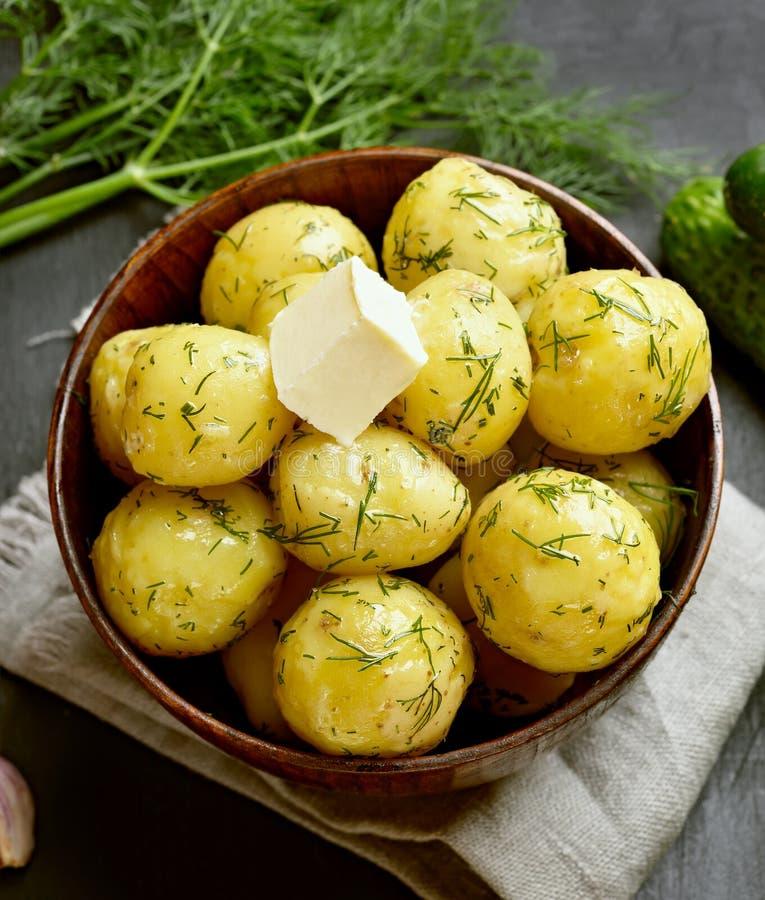 Ые картошки с укропом и маслом стоковое фото rf