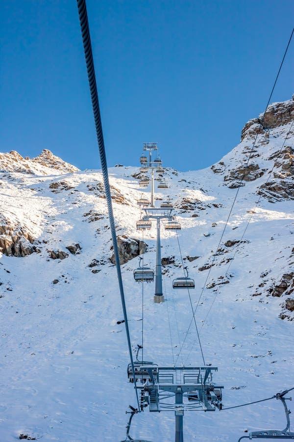 лыжа курорта chairlift идя вверх стоковое изображение
