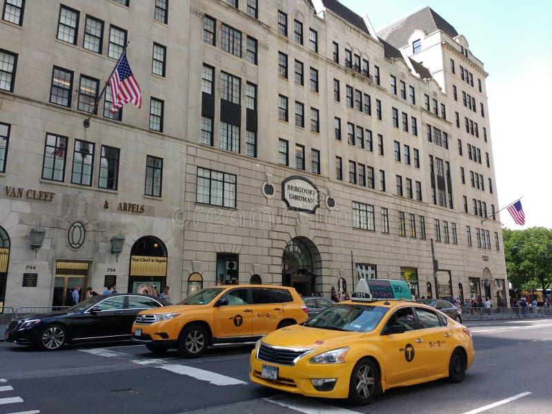 5-ый бульвар, такси около главы семьи Bergdorf, NYC, NY, США стоковая фотография rf