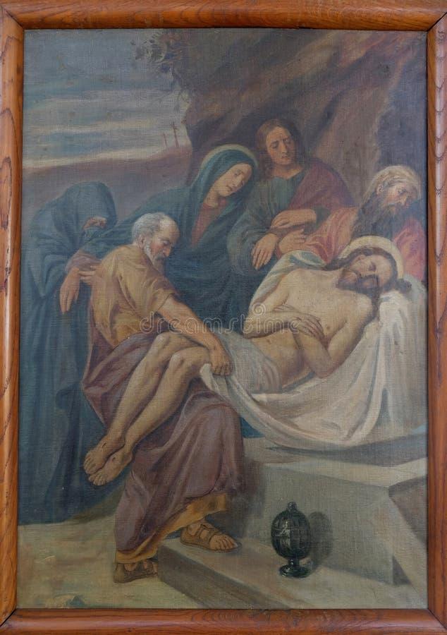 14-ый крестный путь, Иисус положен в усыпальницу и предусматриван в ладане стоковые фото