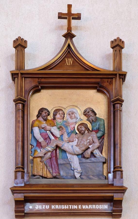 14-ый крестный путь, Иисус положен в усыпальницу и предусматриван в ладане стоковое фото rf