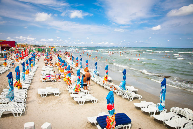 Ый пляж с туристами в Mamaia, Румыния. стоковые фотографии rf