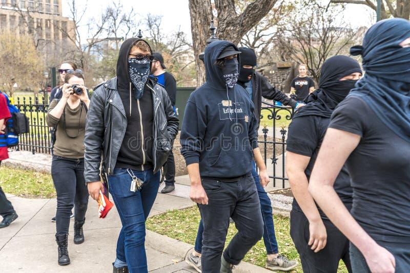 3-ье марта 2018, РАЛЛИ PRO-TRUMP, ОСТИН ТЕХАС - активисты Про-козыря и замаскированные протестующие Анти--козыря -, BorderInterna стоковые изображения rf