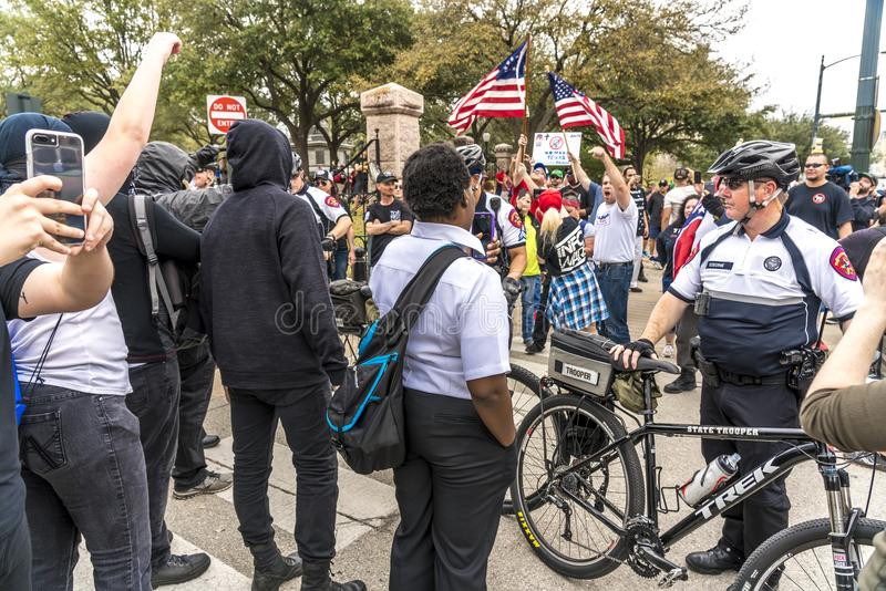 3-ье марта 2018, РАЛЛИ PRO-TRUMP, ОСТИН ТЕХАС - активисты Про-козыря и замаскированные протестующие Анти--козыря И, граница стоковые изображения