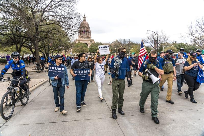 3-ье марта 2018, РАЛЛИ PRO-TRUMP, ОСТИН ТЕХАС - активисты Про-козыря и замаскированные протестующие Анти--козыря Техас, Дональд стоковые фотографии rf