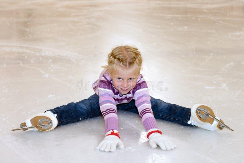 льдед предпосылки красивейший холодный идя изолировал светлую естественную катаясь на коньках белую женщину Маленькая девочка сид стоковая фотография