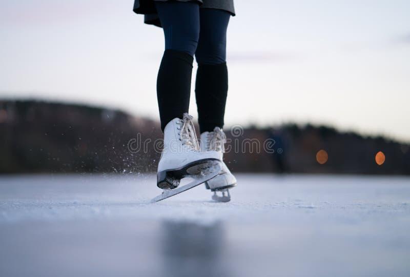 льдед предпосылки красивейший холодный идя изолировал светлую естественную катаясь на коньках белую женщину стоковые фото