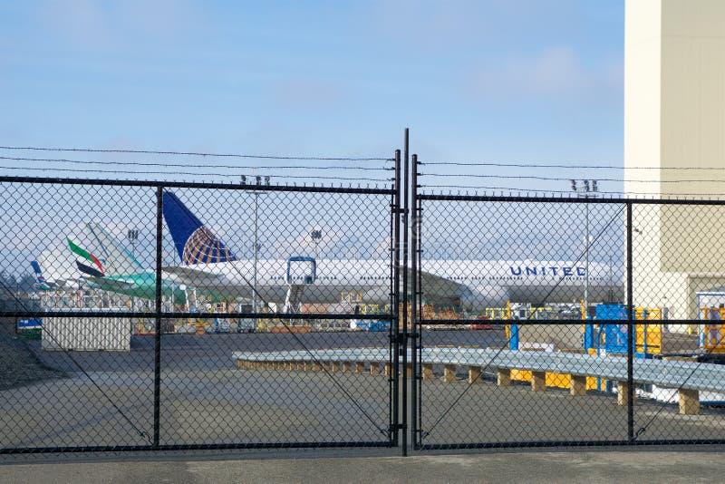 ЭВЕРЕТТ, ВАШИНГТОН, США - 26-ое января 2017: Совершенно новый United Airlines Боинг 777-300ER на переднем плане и от стоковое фото rf