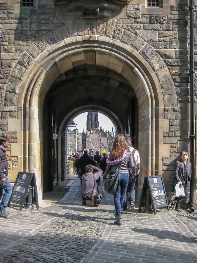 Эдинбург/Шотландия/Великобритания - 04/20/2014: Взгляд на внутреннем замке Эдинбурга, деталь строба средневековой крепости стен г стоковое фото rf