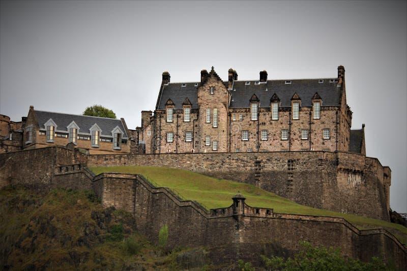Эдинбург, Шотландия/Великобритания - 15-ое августа 2018: Замок Эдинбурга средневековая историческая достопримечательность сидя на стоковое фото