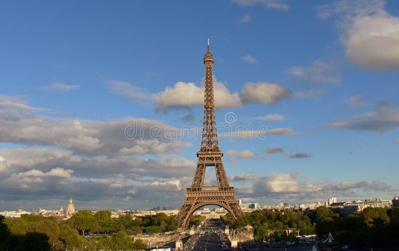 Эйфелеваа башня от Trocadero Франция paris Дождливый день, свет захода солнца с тенями стоковые изображения