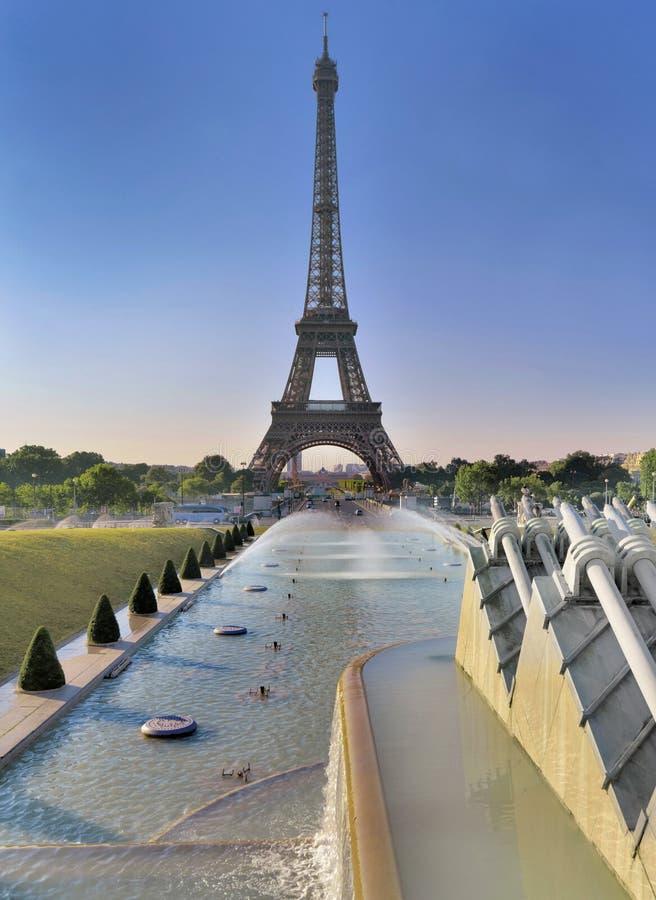 Эйфелева башня в Париже от пруда trocadero в утре стоковые фотографии rf