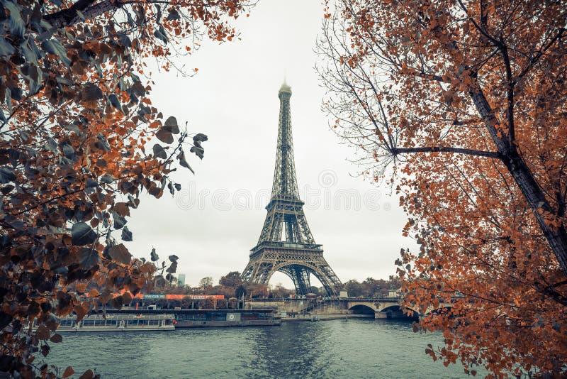 Эйфелева башня на Париже от перемета в сезоне осени, Парижа реки, Франции стоковая фотография