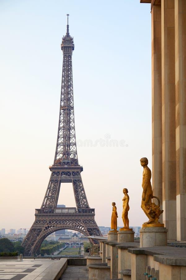Эйфелева башня, никто на Trocadero в ясном утре в Париже, Франции стоковые фото