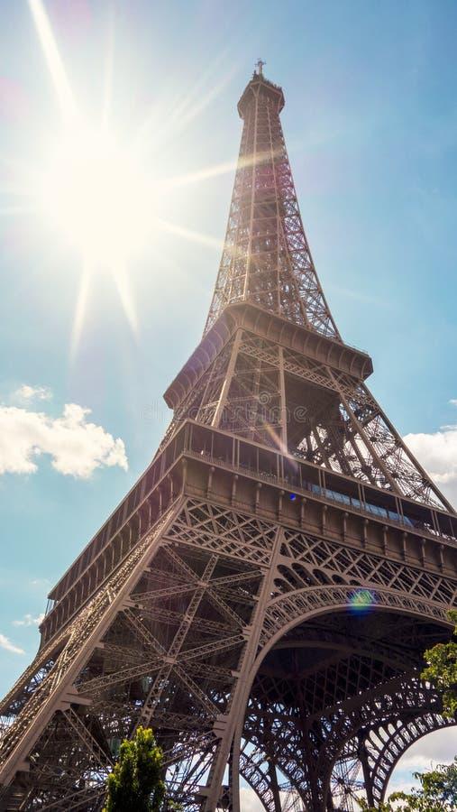 Эйфелева башня Парижа в сияющем дне стоковые фото