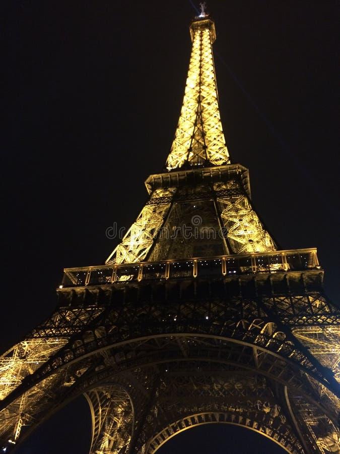 Эйфелева башня Парижа на ноче, золотом причудливом впечатлении стоковая фотография