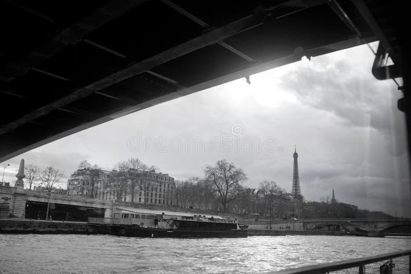 Эйфелева башня Парижа от Сены черная белизна городского пейзажа стоковые изображения rf
