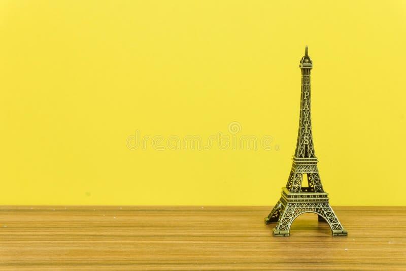 Эйфелева башня, Париж, Франция с желтой предпосылкой стоковое изображение rf