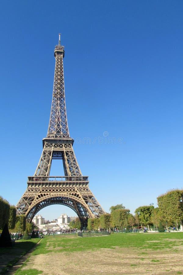 Эйфелева башня в Париже на дне стоковые изображения rf