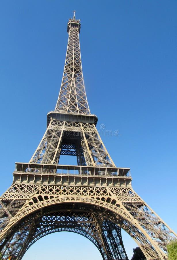 Эйфелева башня в Париже на дне стоковые фотографии rf
