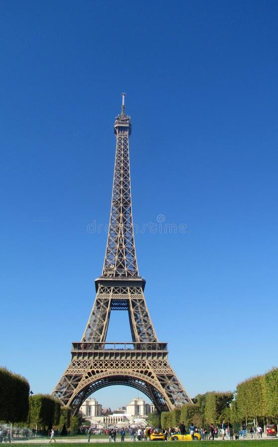 Эйфелева башня в Париже на дне стоковые изображения
