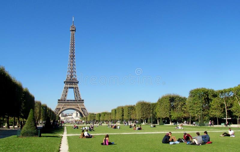 Эйфелева башня в Париже на дне стоковое фото